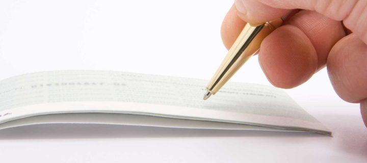Assegni irregolari: che differenza c'è fra pagare sanzione e oblazione?
